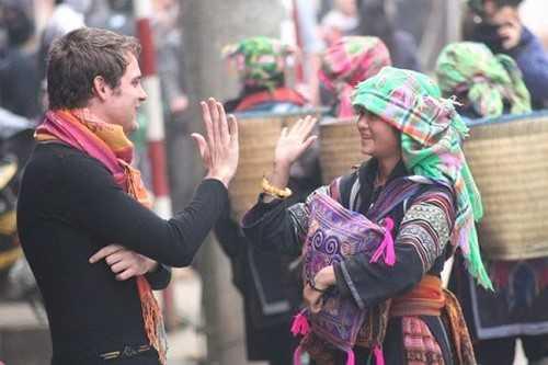 Nhiều thiếu nữ người H'Mông có thể giao tiếp tiếng Anh thành thạo với du khách nước ngoài