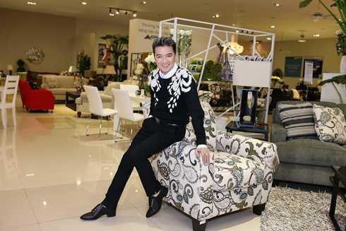 Dù đang phải tổng duyệt cho liveshow Thương hoài ngàn năm diễn ra ngày 31/12 nhưng Mr Đàm vẫn tranh thủ ghé qua buổi mắt showroom mới của thương hiệu Phố Xinh
