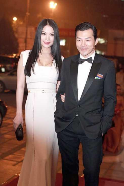 Ngày 15/03, nữ diễn viên chọn chiếc đầm trắng khoe ngực khéo léo và tinh tế trong lần cuối sóng đôi cùng Trần Bảo Sơn tại Lễ trao giải Cánh diều vàng.
