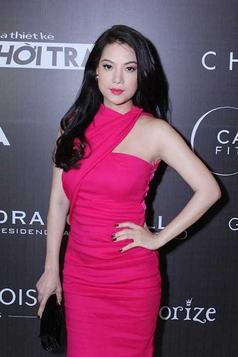 Ngày 3/4, cô xuất hiện trong buổi họp báo mùa giải thứ 2 của show truyền hình Project Runway với một chiếc đầm hồng thiết kế lạ mắt với kiểu dáng ôm sát, tôn lên đường cong quyến rũ.