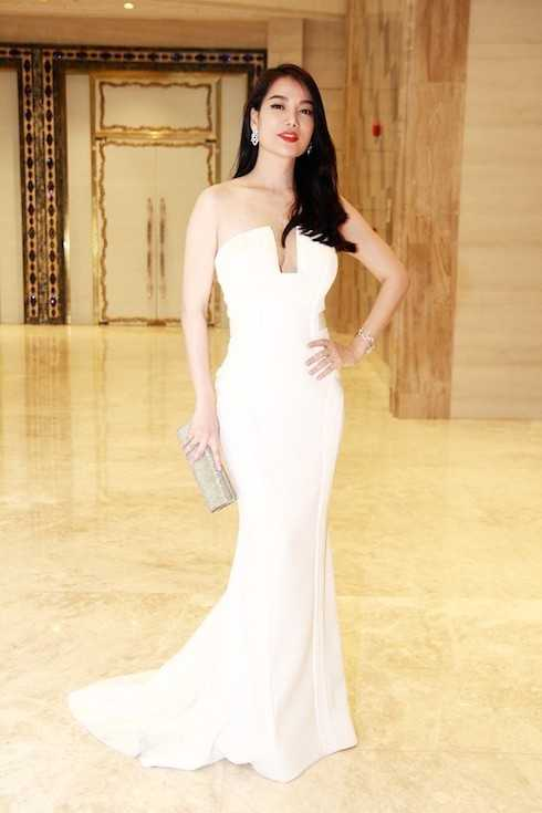 Tối 3/9, Trương Ngọc Ánh xuất hiện tại một sự kiện ở TP. HCM với với bộ đầm màu trắng khoe vai trần và vòng một quyến rũ. Có thể thấy, những chiếc váy trơn, bó sát và dáng dài thường là lựa chọn thường xuyên của cô.