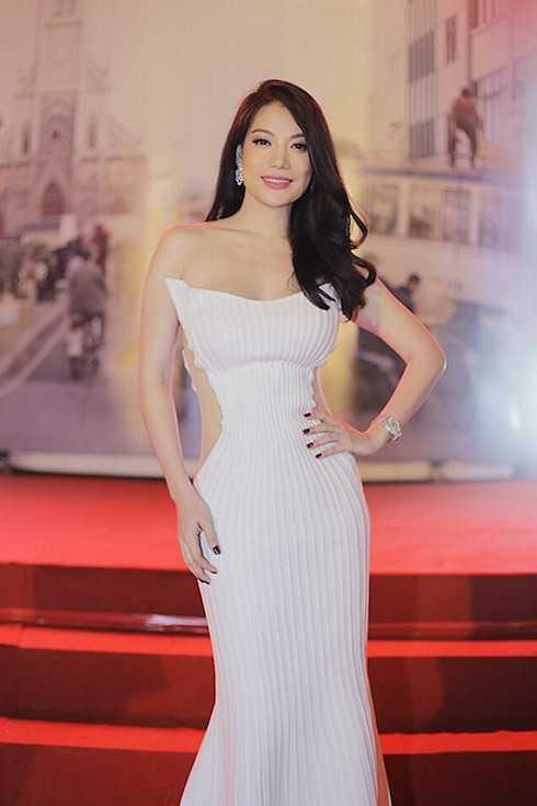 Tối 27/10, trong lễ ra mắt bộ phim Hương Ga tại TP. HCM, Trương Ngọc Ánh diện một chiếc váy đuôi cá trắng với những khoảng xuyên thấu tinh tế.