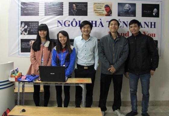 Phạm Minh Đáp (giữa) cùng những người bạn xây dựng trung tâm ngoại ngữ miễn phí.