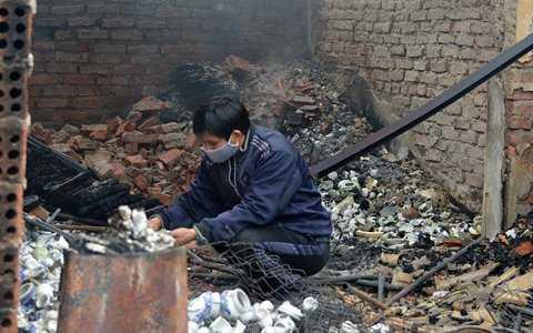 Nhiều tiểu thương cố bới trong đống đổ nát ít hàng còn sót lại.