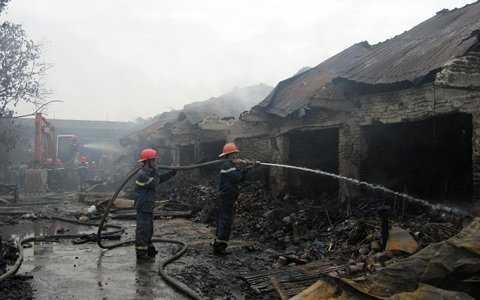 Hàng chục ki-ốt bị thiêu cháy rụi.