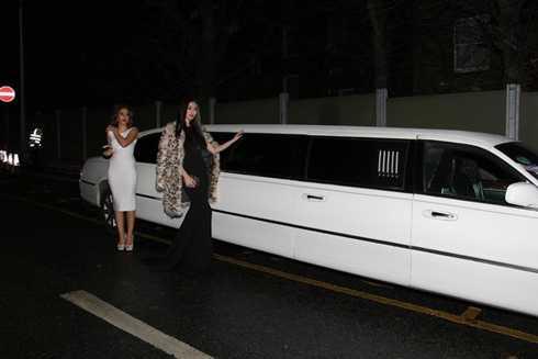 Ngọc Trinh - Khánh My chia sẻ ảnh ngồi trên xe sáng tới tham dự show diễn của Victoria's Secret