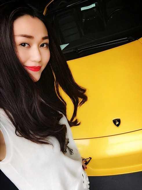 Ngọc Trinh khoe xe 8 tỷ thì Khánh My cũng khoe tậu xe Lamborghini