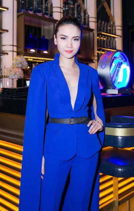 Trong đêm nhạc Art of Celebration diễn ra tại TP.HCM vừa qua, Yến Trang xuất hiện nổi bật với trang phục cùng tông màu xanh dương.