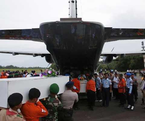 Máy bay chuyên dụng đưa các thi thể nạn nhân trở về với đất liền