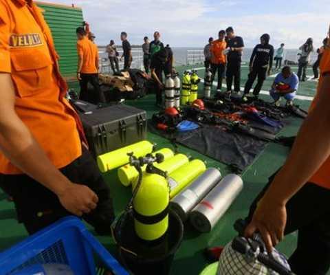 Lực lượng tìm kiếm trên các thuyền cứu hộ
