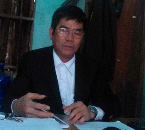 Ông Nguyễn Văn Dũng - Phó Công an xã Quế Nham trao đổi với PV
