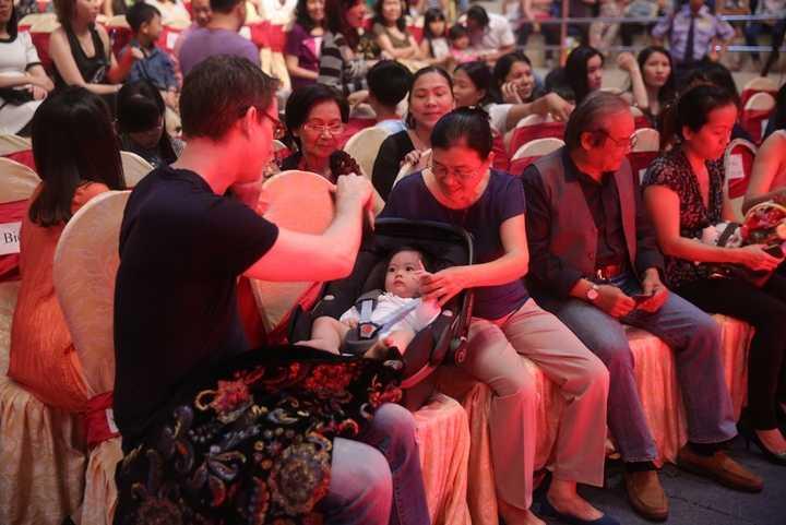 Con gái Đoan Trang dễ thương khiến mọi người đều cảm thấy thích thú