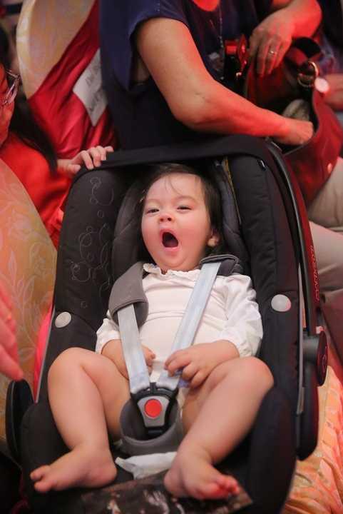 Con gái Đoan Trang ngáp ngủ rất đáng yêu