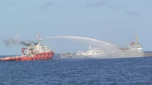 Tàu Trung Quốc phun vòi rồng vào tàu Việt Nam để bảo vệ giàn khoan của họ hạ đặt trái phép trên vùng biển Việt nam hồi tháng 5/2014.