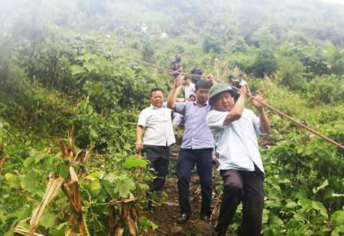Bộ trưởng Đinh La Thăng bám dây thừng xuống vực sâu trực tiếp chỉ đạo công tác cứu nạn vụ tai nạn xe khách ở Lào Cai hôm 2/9. Ảnh: Tuổi Trẻ