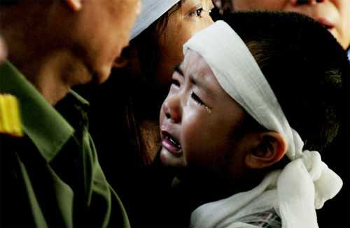 Một đứa bé bật khóc trong ngày đưa tiễn 12 chiến sỹ trong vụ máy bay rơi ở Hòa Lạc. Ảnh: Vnexpress