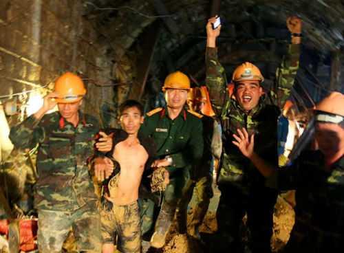 Giây phút hạnh phúc khi giải cứu thành công 12 công nhân trong vụ sập hầm thủy điện Đạ Dâng, Lâm Đồng hôm 19/12. Ảnh: Tuổi Trẻ
