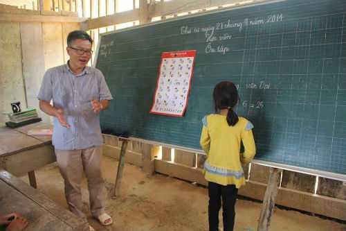 GS Ngô Bảo Châu đi dép tổ ong dạy học cho trẻ em nghèo ởtrường tiểu học Lũng Luông, Võ Nhai, Thái Nguyên hồi cuối tháng 8. Ảnh: ĐS&PL