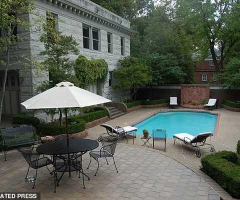Ngôi nhà có một bể bơi bên trong và khu nghỉ dưỡng sang trọng.