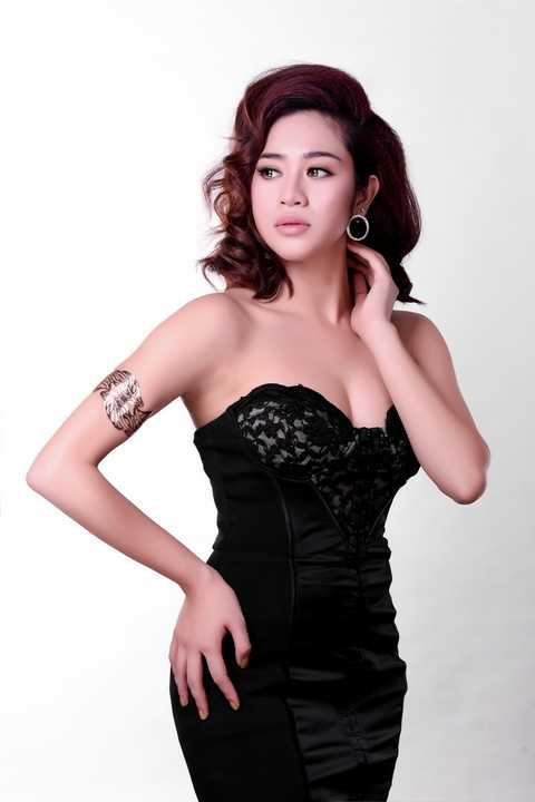 Phương Y Quỳnh là nữ ca sỹ trẻ của phòng trà Đồng Dao. Vừa qua, cô đã song ca cùng Quang Lê trong liveshow của anh diễn ra tại Bình Dương.