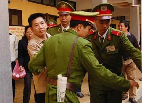 Nguyễn Thế Đô đưa mắt tìm người thân sau phiên tòa