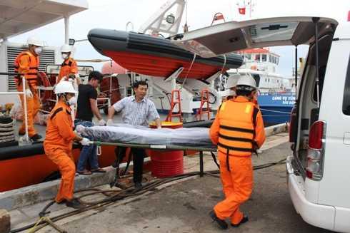Lực lượng chức năng đưa thi thể nạn nhân về bệnh viện.