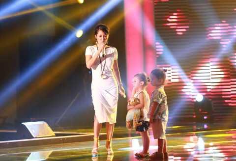 Xuất hiện với tư cách khách mời trong đêm chung kết Hoa khôi áo dài Việt Nam - Đường tới vương miện Hoa hậu thế giới, Hồng Nhung đã có buổi ráp sân khấu.