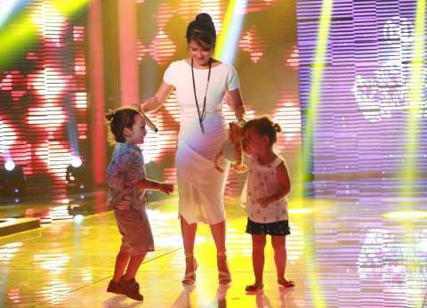 Hồng Nhung đưa cặp song sinh Tôm - Tép lên sân khấu.