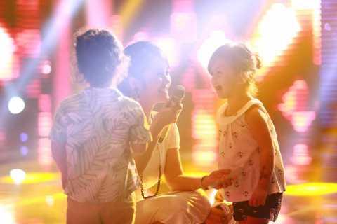 Ngắm cặp song sinh Tôm Tép nhí nhảnh tập nhạc cùng mẹ Hồng Nhung.