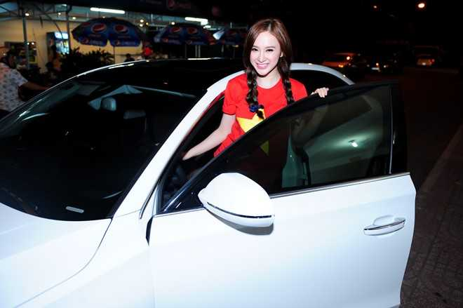 Nữ diễn viên cười rạng rỡ bên siêu xe của mình