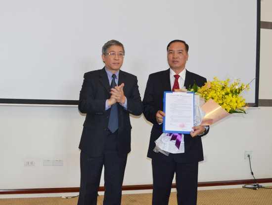 Thứ trưởng Lê Nam Thắng  trao quyết định bộ nhiệm phụ trách chức vụ Chủ tịch MobiFone cho ông Lê Nam Trà