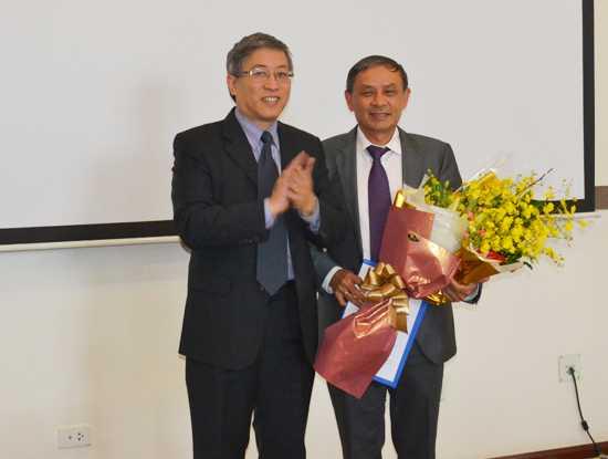 Thứ trưởng Lê Nam Thắng trao quyết định nghỉ hưu theo chế độ cho ông Mai Văn Bình