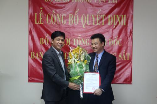 Thứ trưởng Nguyễn Ngọc Đông trao Quyết định và hoa cho ông Lê Kim Thành. Ảnh: GTVT