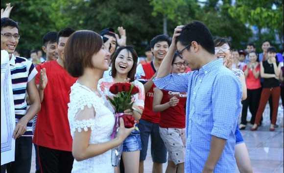 Màn cầu hôn lãng mạn ngay tại quảng trường TP Vinh