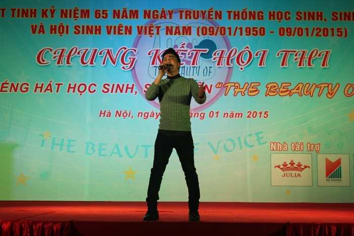 Ca sỹ Hồng Dương hâm nóng đêm chung kết.