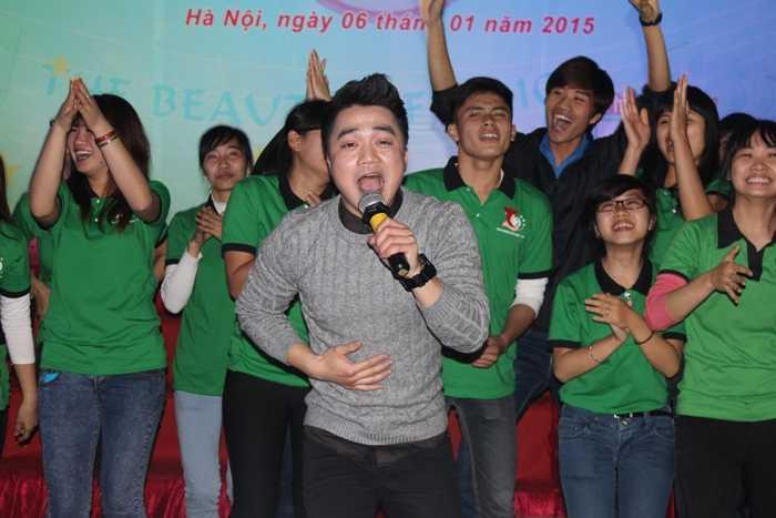 Ca sỹ Hồng Dương trình bày những ca khúc sôi động được các bạn yêu thích