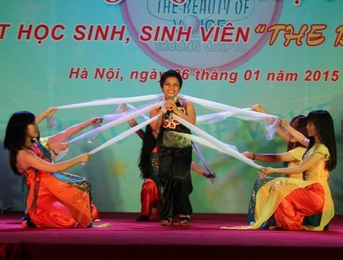 Thí sinh Nguyễn Thị Nìn rất chuyên nghiệp trong ca khúc Dệt tầm gai