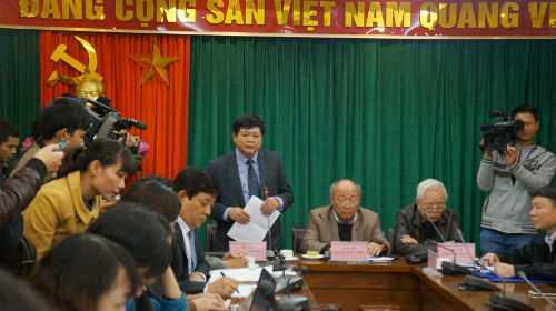Ông Nguyễn Thế Kỷ trao đổi với báo chí.