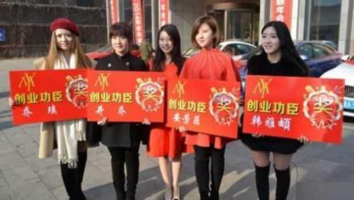 Bà chủ Niu (giữa) chụp ảnh cùng các nhân viên xuất sắc nhất năm.