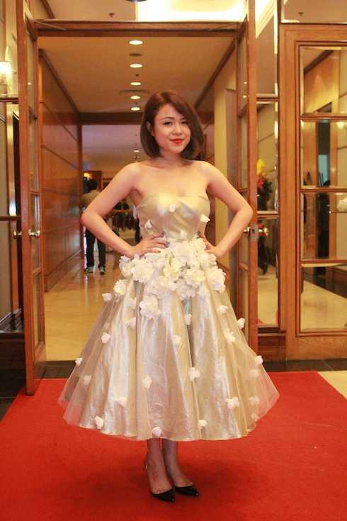 Thái Trinh điệu đà với váy hoa 3D.