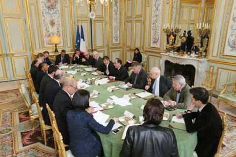 Tổng thống Pháp họp khẩn cùng các quan chức nước này tại điện Elysee về vụ khủng bố ở Paris