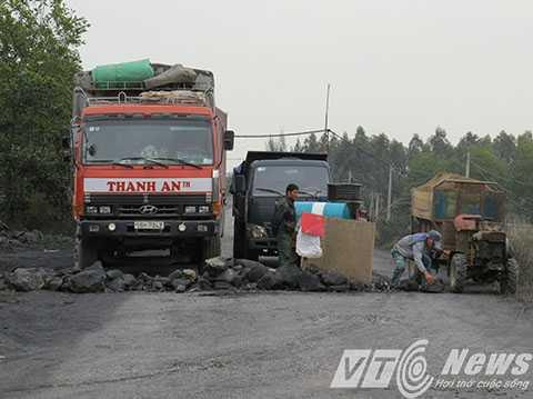Chủ tịch UBND huyện Thủy Nguyên cho biết, sẽ tiếp tục để người dân 'lập chiến lũy' cho đến khi doanh nghiệp khắc phục xong vấn đề ô nhiễm môi trường - Ảnh MK