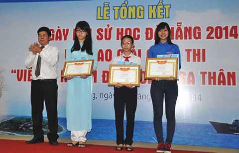 Ngọc Diễm (thứ hai từ phải sang) vinh dự được Chủ tịch UBND huyện Hoàng Sa tặng bằng khen khi vượt qua hơn 80.000 thí sinh tham dự cuộc thi và đoạt giải nhất