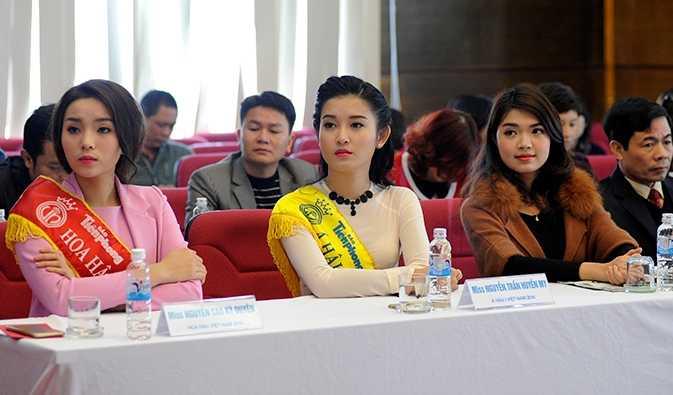 Các người đẹp tham gia vào họp báo công bố thông tin ngày Chủ Nhật Đỏ