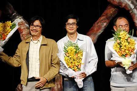 NSƯT Công Ninh cùng học trò Ngọc Tưởng và đồng nghiệp - NSƯT Việt Anh được khán giả chúc mừng sau một vở diễn
