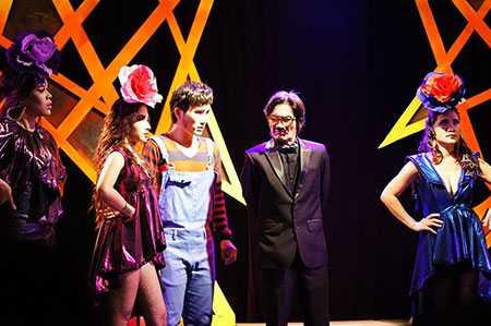 NSƯT Công Ninh trong vai ông chủ quán bar trong vở nhạc kịch Vũ Nữ