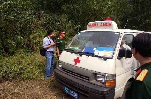 Xe cấp cứu đưa thi thể các chiến sĩ rời khỏi hiện trường