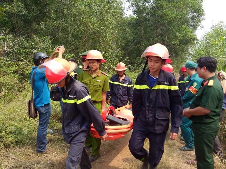 Lực lượng cứu hộ di chuyển vào hiện trường.