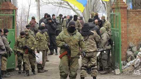 Lính Ukraine dự đám tang của một ngưởi bị chết trong trận chiến ở khu vực Donetsk - Ảnh: Reuters