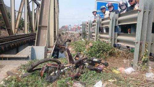 Chiếc xe máy của nạn nhân nát vụn sau cú va chạm với tàu hỏa